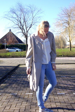 ivory Vila blouse - camel vintage coat - light blue veromoda jeans