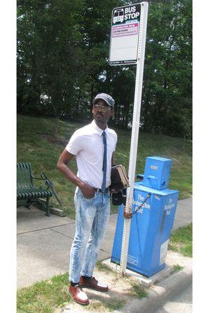 gray hat - pink shirt - blue tie - brown belt - blue jeans - brown shoes