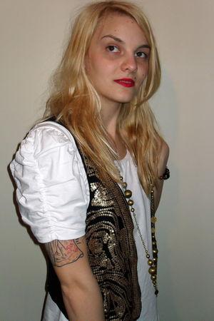 white H&M t-shirt - gold vintage accessories - brown H&M vest