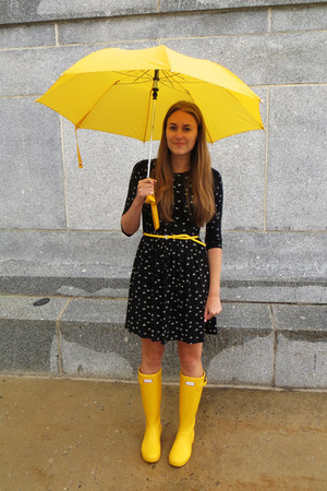 yellow Forever 21 belt - yellow Hunter boots - black asos dress
