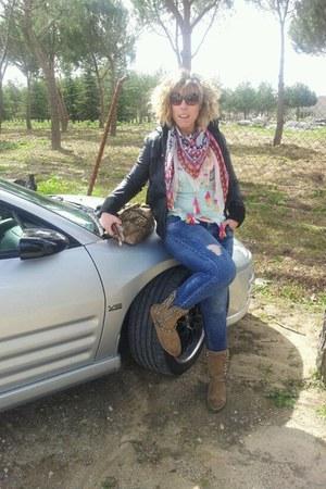 camel tachuelas Zara boots - blue vaquero Bershka jeans
