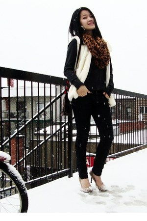 bronze leopard print scarf - black jeans - nude heels - white faux fur vest
