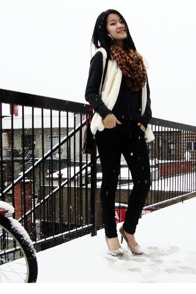 63e3ab2068e bronze leopard print scarf - black jeans - nude heels - white faux fur vest