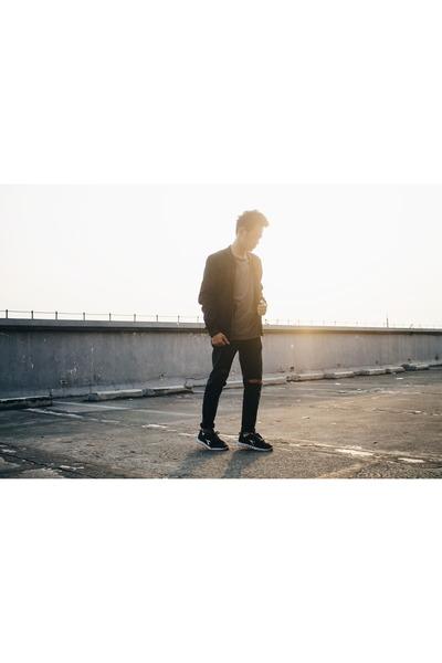 black jeans - black jacket - gray t-shirt