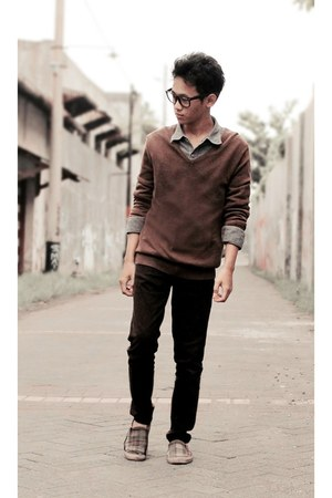 black jeans - brown sweater