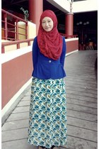 Red Pashmina scarf - Blue floral skirt