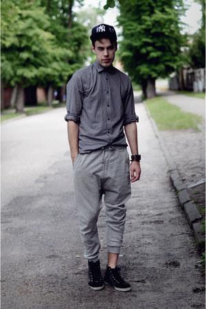 NewEraPoland hat - heather gray Bershka pants