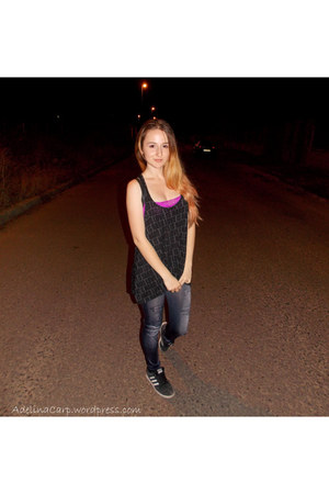 dark gray H&M top - navy leggings - hot pink H&M bra - black Adidas sneakers
