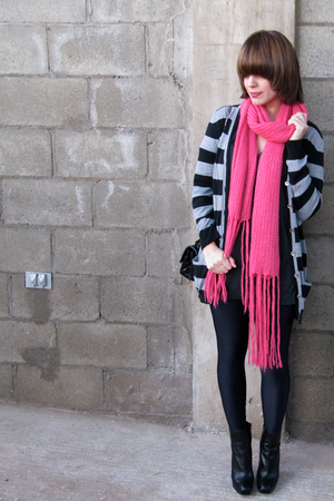 pink banana republic scarf - black American Apparel t-shirt - American Apparel l