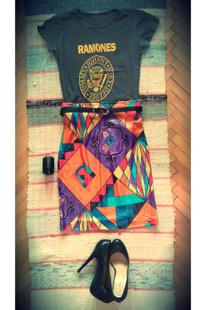 ramones t-shirt - black leather belt - tribal print skirt - black leather pumps