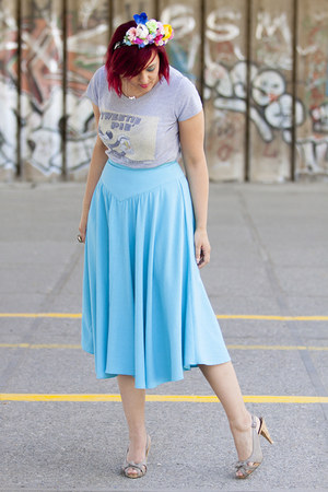 flower crown hair accessory - sky blue midi vintage skirt - t-shirt - necklace