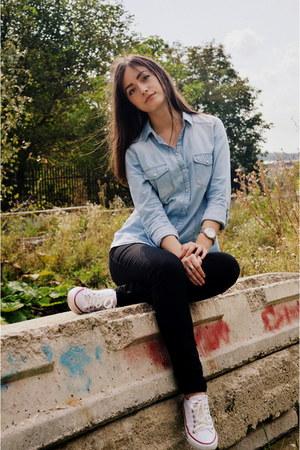 black New Yorker jeans - light blue denim Stradivarius shirt