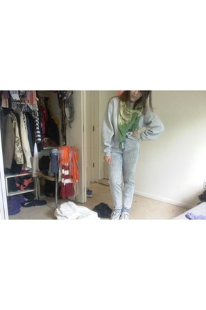 scarf - sweatshirt - sneakers
