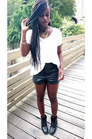 Private boots - Tally Weijl shirt - Urban Outfitters shorts - SIX necklace