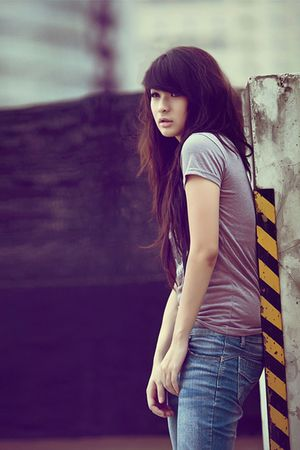 gray t-shirt - black - blue jeans