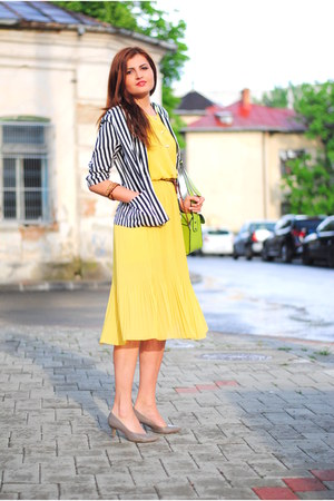 yellow pleated Eyeboxs dress - black striped miniprix blazer