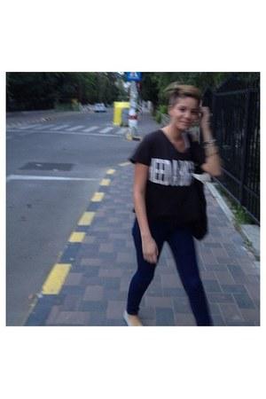 black Bershka t-shirt - navy Zara jeans - black Stradivarius accessories