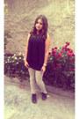 Beige-jeans-black-shirt