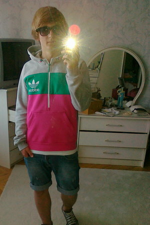 Adidas Originals jumper - Converse shoes - Springfield shorts - Ray Ban glasses