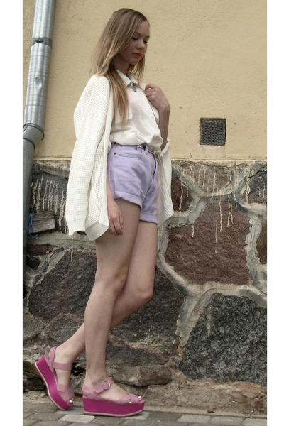 Periwinkle-denim-thrifted-vintage-shorts-white-vintage-cardigan_400