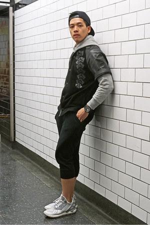 heather gray hooded Uniqlo sweatshirt - black H&M shirt