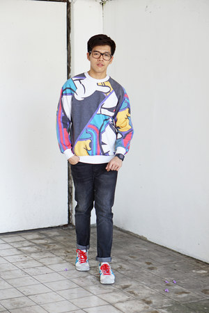 white abstract mickey Topman sweatshirt - dark gray Uniqlo jeans