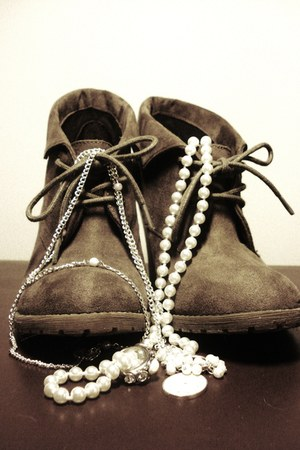 Din Sko heels - ivory pearl unknown brand necklace - ivory pearl unknown brand r