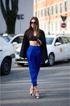 blue pants - black top
