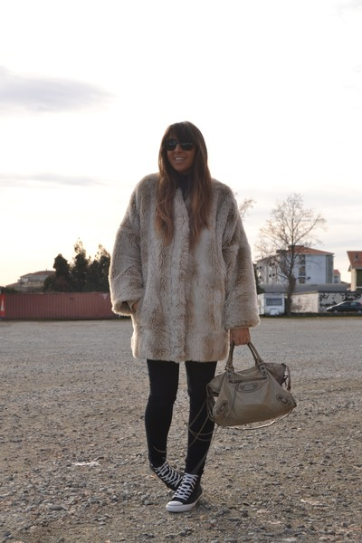 off white faux-fur Topshop coat - black skinny Zara jeans