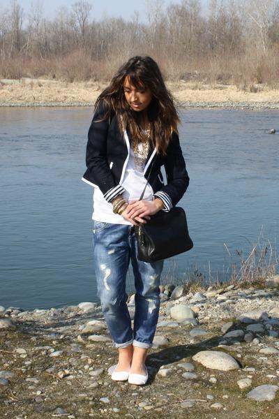 blue boyfriend-jeans take-two jeans - white leather flats viamaestra shoes