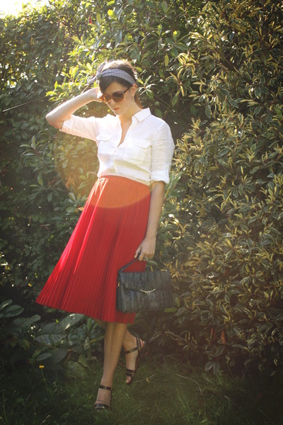 red skirt - white shirt - black accessories