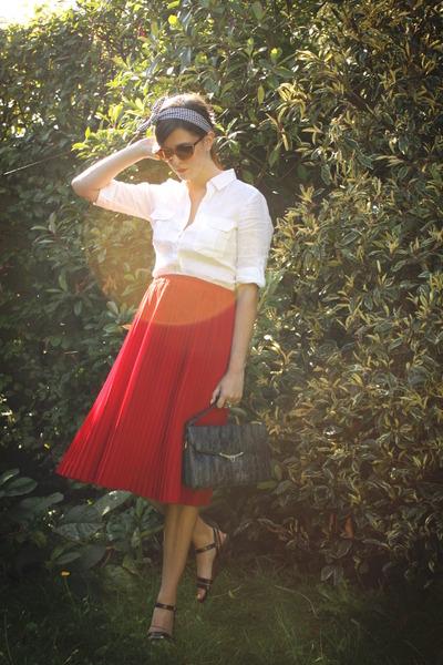 red skirt - white shirt - black accessories