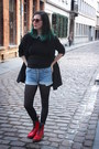 Red-boots-black-sweater