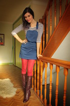 dark brown boots - navy dress - ruby red tights - white top