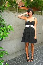 black shoes - black dress - white belt - beige bird pin accessories