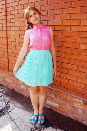 bubble gum crop Zara top - light blue moms earrings