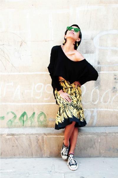 mustard banana Prada skirt - green Linda Farrow for House of Holland sunglasses
