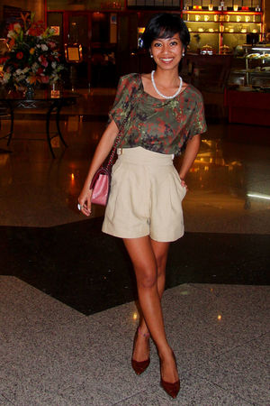 brown kitten heels shoes - beige high waisted Michael Kors shorts