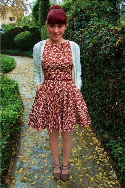 f4c1f2edf0c01 brick red horse print modcloth dress - eggshell scalloped Forever 21 tights