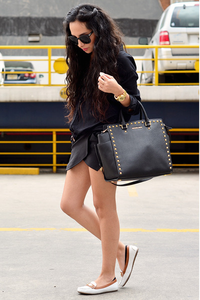 black shirt pull&bear shirt - black leather bag Michael Kors bag