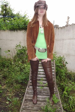 silver Planète Beauté necklace - maroon bell boots - chartreuse Kiabi dress