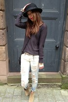light blue ripped jeans Mango jeans - navy Mango jumper