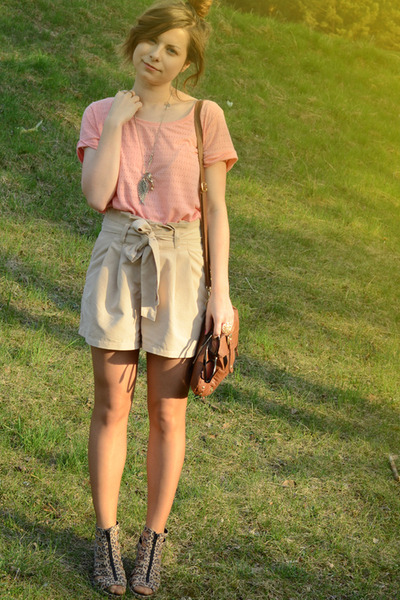 off white H&M shorts - light pink H&M shirt - brown Artz Modell bag