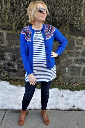 white striped Style Mint top - navy maternity Gap pants