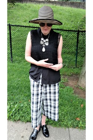 black crochet Le Tote top - black sun Zara hat - white culottes Mango pants