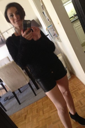H&M sweater - Ugg boots - black leather Urban Outfitters shorts