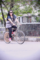 black wool vintage tights - black Ray Ban sunglasses - red Converse sneakers - h