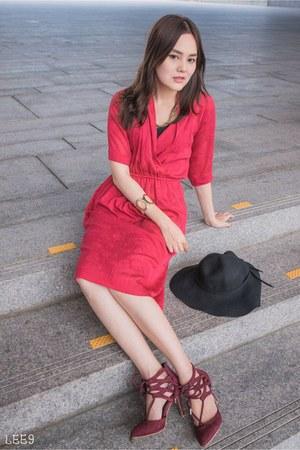 hot pink moms dress - black hat - crimson heels