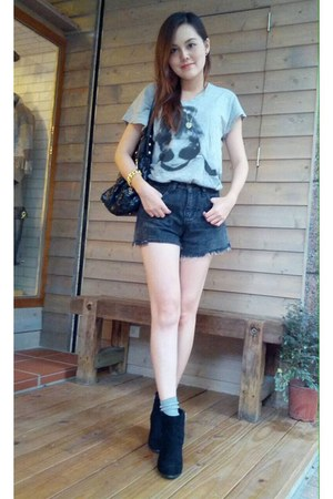 black boots - charcoal gray shorts - heather gray socks - heather gray t-shirt