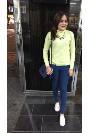 blue leggings - white shoes - light yellow sweater - navy look bag